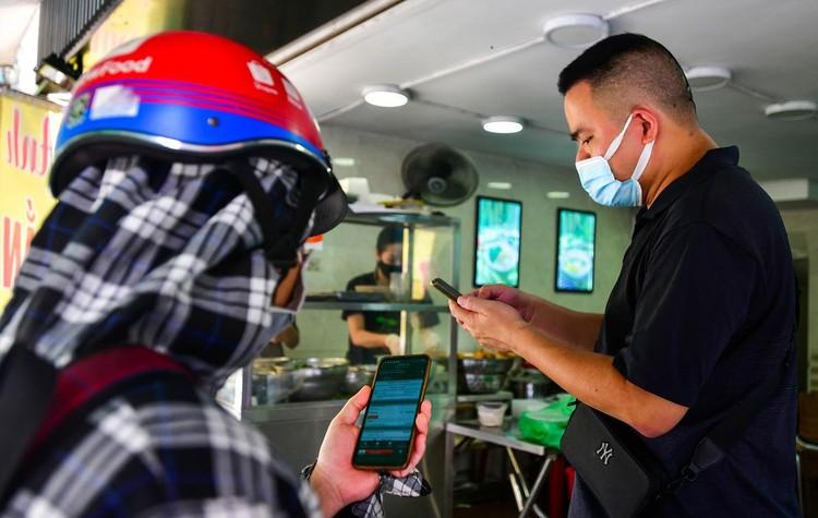 Shipper xuất hiện đông trở lại tại các tòa nhà, quán ăn ở Hà Nội ảnh 5