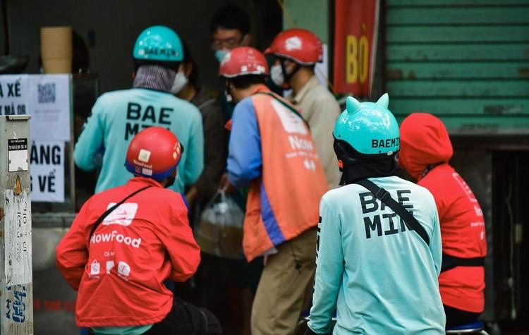 Shipper xuất hiện đông trở lại tại các tòa nhà, quán ăn ở Hà Nội ảnh 7