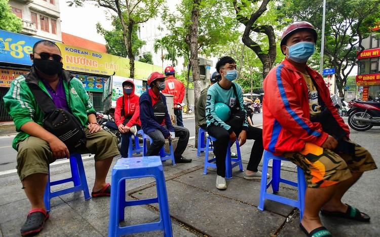 Shipper xuất hiện đông trở lại tại các tòa nhà, quán ăn ở Hà Nội ảnh 8
