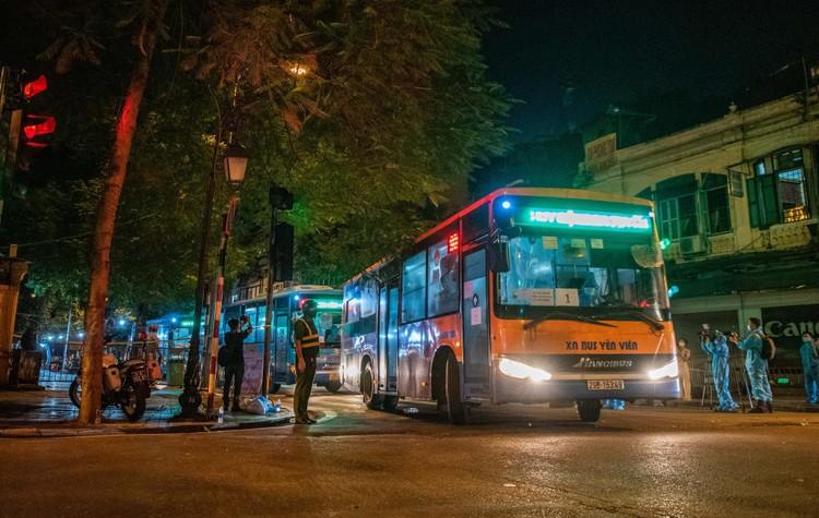 6 xe buýt chở hơn 100 F1 rời ổ dịch Bệnh viện Hữu Nghị Việt Đức ảnh 8