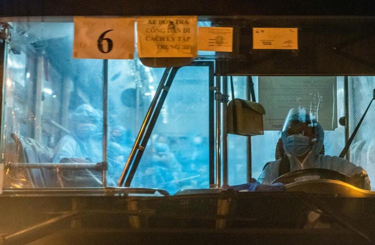 6 xe buýt chở hơn 100 F1 rời ổ dịch Bệnh viện Hữu Nghị Việt Đức ảnh 9