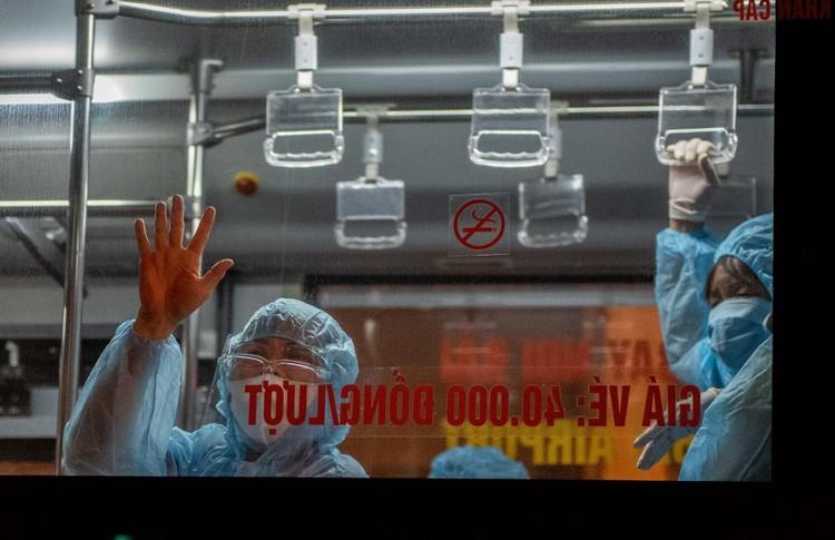 6 xe buýt chở hơn 100 F1 rời ổ dịch Bệnh viện Hữu Nghị Việt Đức ảnh 10