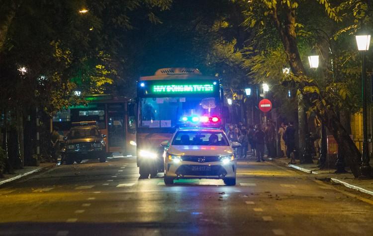 6 xe buýt chở hơn 100 F1 rời ổ dịch Bệnh viện Hữu Nghị Việt Đức ảnh 11