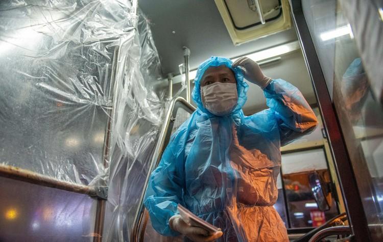 6 xe buýt chở hơn 100 F1 rời ổ dịch Bệnh viện Hữu Nghị Việt Đức ảnh 1