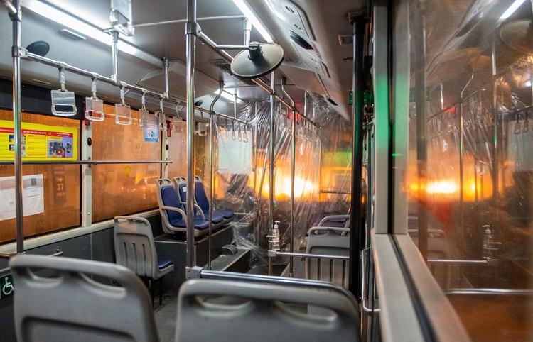 6 xe buýt chở hơn 100 F1 rời ổ dịch Bệnh viện Hữu Nghị Việt Đức ảnh 2