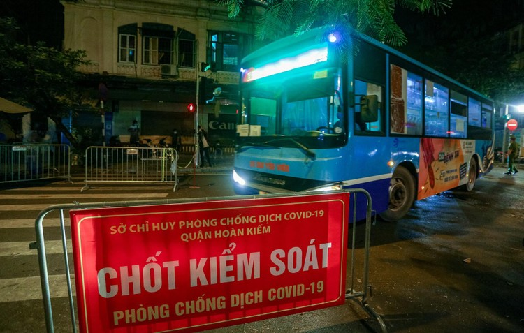 6 xe buýt chở hơn 100 F1 rời ổ dịch Bệnh viện Hữu Nghị Việt Đức ảnh 3