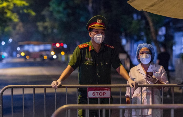 6 xe buýt chở hơn 100 F1 rời ổ dịch Bệnh viện Hữu Nghị Việt Đức ảnh 4