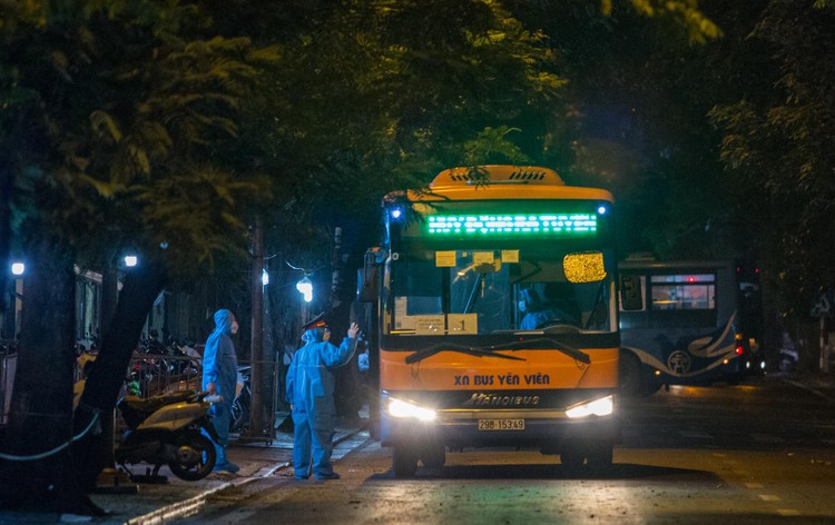 6 xe buýt chở hơn 100 F1 rời ổ dịch Bệnh viện Hữu Nghị Việt Đức ảnh 6