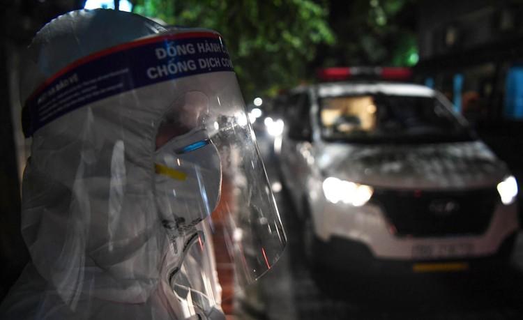 Cận cảnh quá trình di chuyển 1.000 bệnh nhân rời ổ dịch Bệnh viện Việt Đức ảnh 14