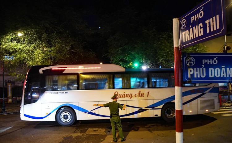 Cận cảnh quá trình di chuyển 1.000 bệnh nhân rời ổ dịch Bệnh viện Việt Đức ảnh 2