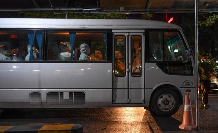 Cận cảnh quá trình di chuyển 1.000 bệnh nhân rời ổ dịch Bệnh viện Việt Đức ảnh 9