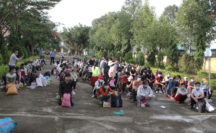 Hàng nghìn người đi bộ về quê được các tỉnh hỗ trợ phương tiện ảnh 1