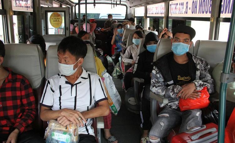Hàng nghìn người đi bộ về quê được các tỉnh hỗ trợ phương tiện ảnh 11