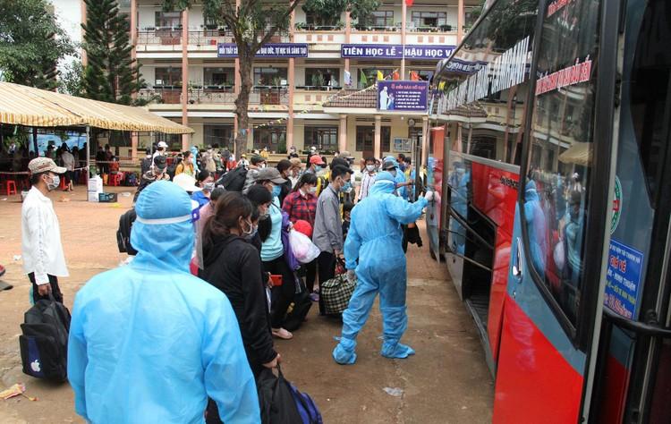 Hàng nghìn người đi bộ về quê được các tỉnh hỗ trợ phương tiện ảnh 9