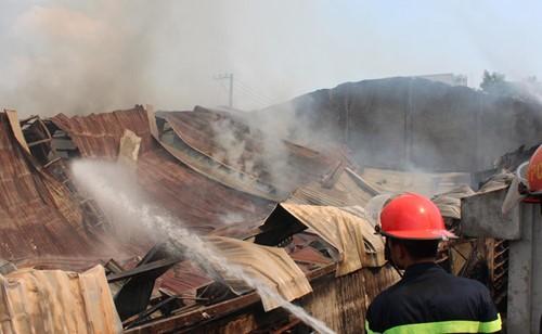 Cháy rụi công ty gỗ 100% vốn Trung Quốc đặt tại Bình Dương ảnh 3