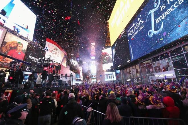 Biển người vỡ òa trên Quảng trường Thời đại Mỹ khoảnh khắc năm mới ảnh 1