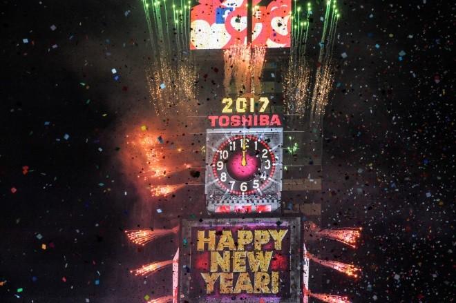 Biển người vỡ òa trên Quảng trường Thời đại Mỹ khoảnh khắc năm mới ảnh 2