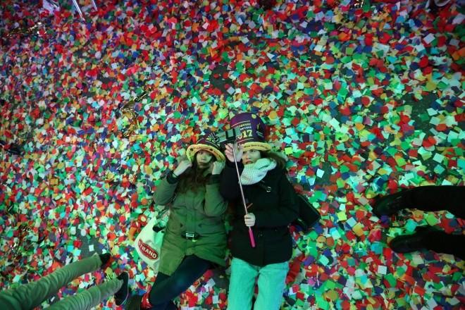 Biển người vỡ òa trên Quảng trường Thời đại Mỹ khoảnh khắc năm mới ảnh 5
