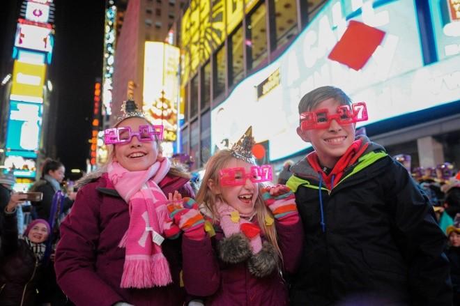 Biển người vỡ òa trên Quảng trường Thời đại Mỹ khoảnh khắc năm mới ảnh 8