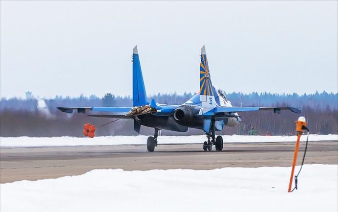 Một ngày tập luyện của đội bay biểu diễn hàng đầu nước Nga ảnh 6