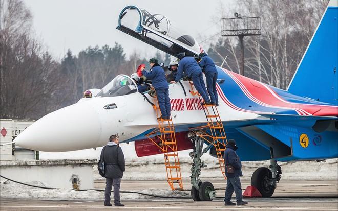 Một ngày tập luyện của đội bay biểu diễn hàng đầu nước Nga ảnh 7