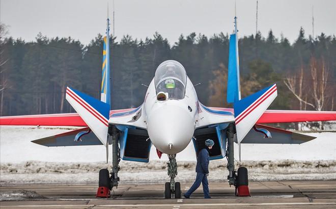 Một ngày tập luyện của đội bay biểu diễn hàng đầu nước Nga ảnh 8