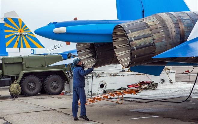 Một ngày tập luyện của đội bay biểu diễn hàng đầu nước Nga ảnh 9