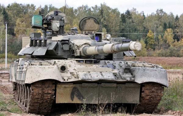 Xe tăng T-80 Nga biểu diễn xoay 180 độ, tóe lửa trên đường ảnh 1
