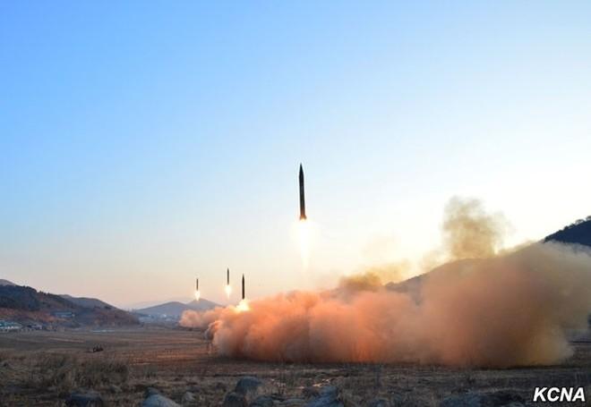 Triều Tiên công bố hình ảnh 4 tên lửa đạn đạo đồng loạt rời bệ phóng ảnh 2