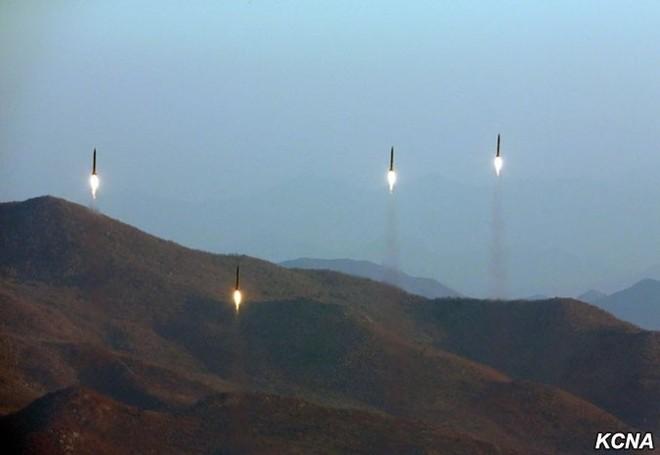 Triều Tiên công bố hình ảnh 4 tên lửa đạn đạo đồng loạt rời bệ phóng ảnh 3