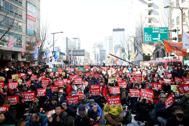 Người Hàn Quốc khóc, cười khi Tổng thống bị phế truất ảnh 4