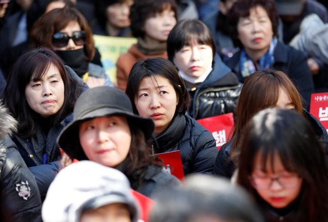 Người Hàn Quốc khóc, cười khi Tổng thống bị phế truất ảnh 5