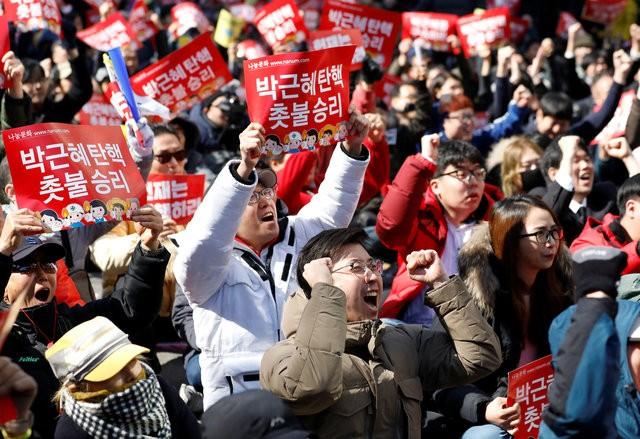 Người Hàn Quốc khóc, cười khi Tổng thống bị phế truất ảnh 6