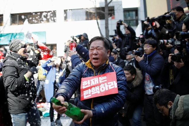 Người Hàn Quốc khóc, cười khi Tổng thống bị phế truất ảnh 7