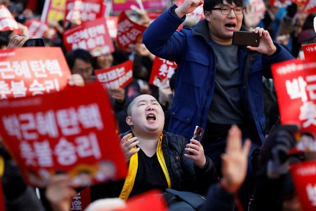 Người Hàn Quốc khóc, cười khi Tổng thống bị phế truất ảnh 8