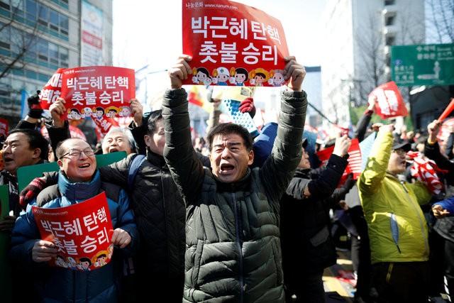 Người Hàn Quốc khóc, cười khi Tổng thống bị phế truất ảnh 9
