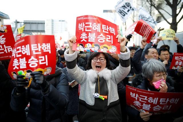 Người Hàn Quốc khóc, cười khi Tổng thống bị phế truất ảnh 10