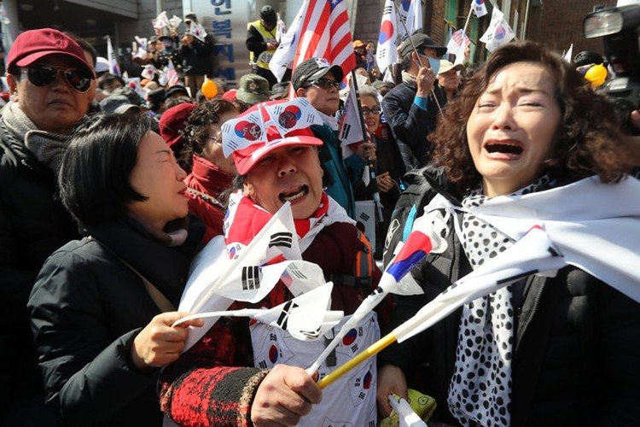 Người Hàn Quốc khóc, cười khi Tổng thống bị phế truất ảnh 12