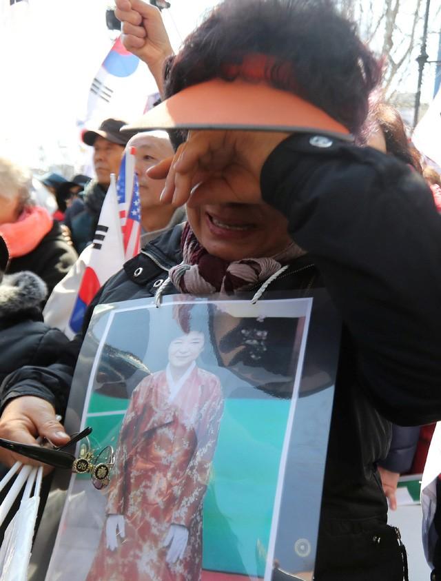 Người Hàn Quốc khóc, cười khi Tổng thống bị phế truất ảnh 13