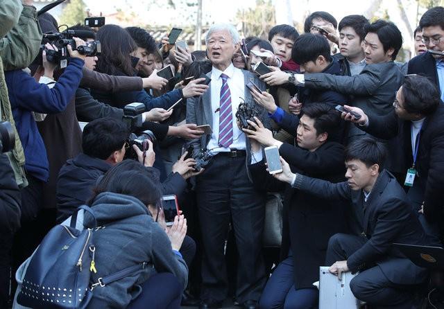 Người Hàn Quốc khóc, cười khi Tổng thống bị phế truất ảnh 14