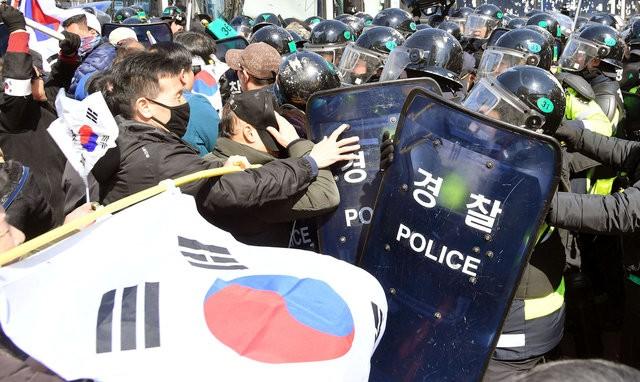 Người Hàn Quốc khóc, cười khi Tổng thống bị phế truất ảnh 15