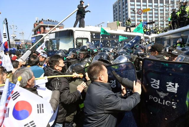 Người Hàn Quốc khóc, cười khi Tổng thống bị phế truất ảnh 16
