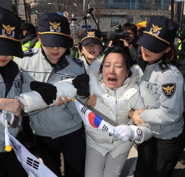 Người Hàn Quốc khóc, cười khi Tổng thống bị phế truất ảnh 17