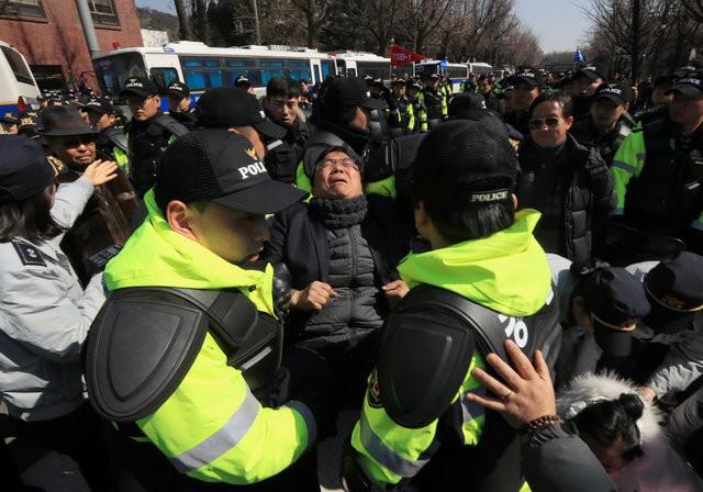 Người Hàn Quốc khóc, cười khi Tổng thống bị phế truất ảnh 18