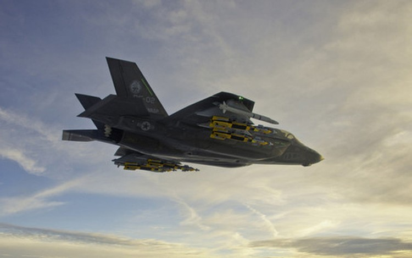 Siêu tiêm kích F-35 lần đầu phóng tên lửa nhập ngoại ảnh 1