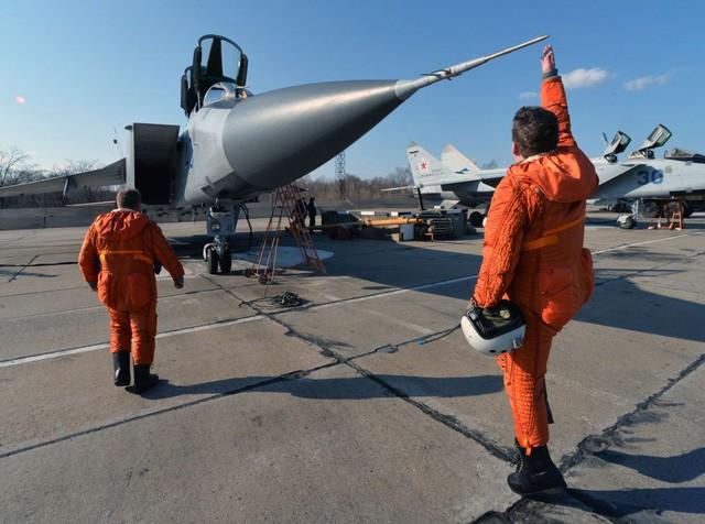 """""""Sát thủ đánh chặn"""" MiG-31 của Nga tập trận ở Viễn Đông ảnh 1"""