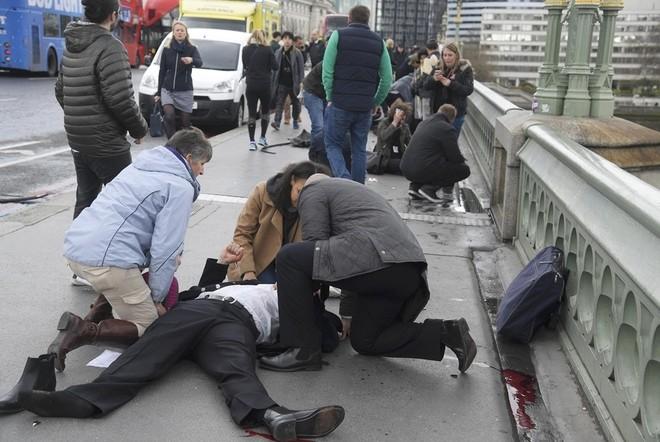 Hiện trường vụ tấn công khủng bố ở thủ đô London ảnh 7