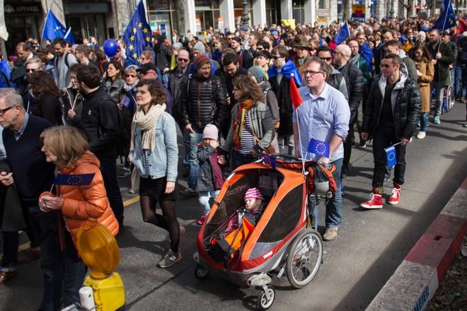 Hàng nghìn người biểu tình bảo vệ EU ở Đức ảnh 6