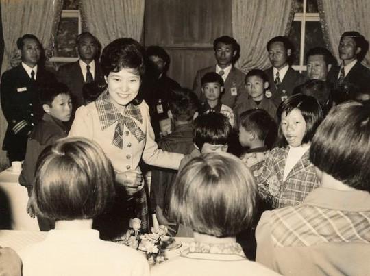 Cuộc đời bi kịch của bà Park Geun-hye từ Nhà Xanh tới song sắt nhà lao ảnh 4