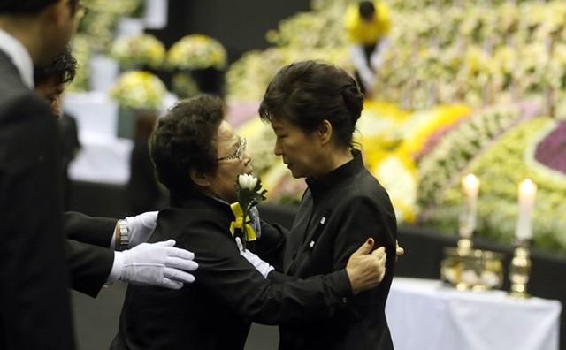 Cuộc đời bi kịch của bà Park Geun-hye từ Nhà Xanh tới song sắt nhà lao ảnh 11